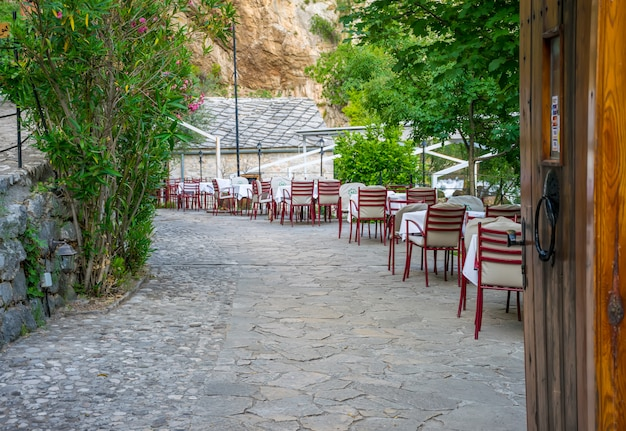 Сотрудники ресторана ждут своих посетителей.