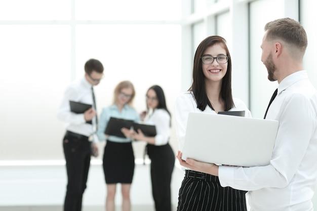 Сотрудники используют ноутбук для подготовки к бизнес-семинару