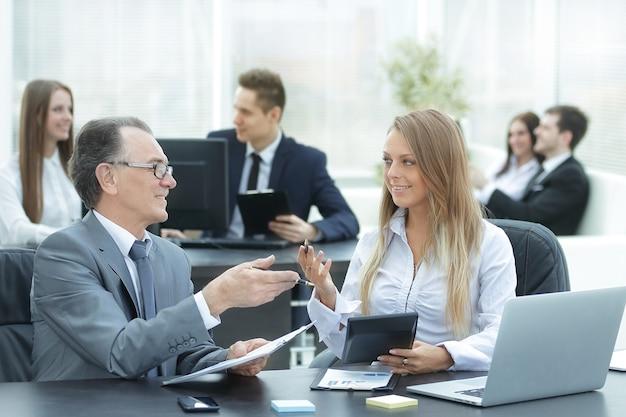 디지털 태블릿을 사용하여 재무 데이터를 사용하는 직원.사람 및 기술