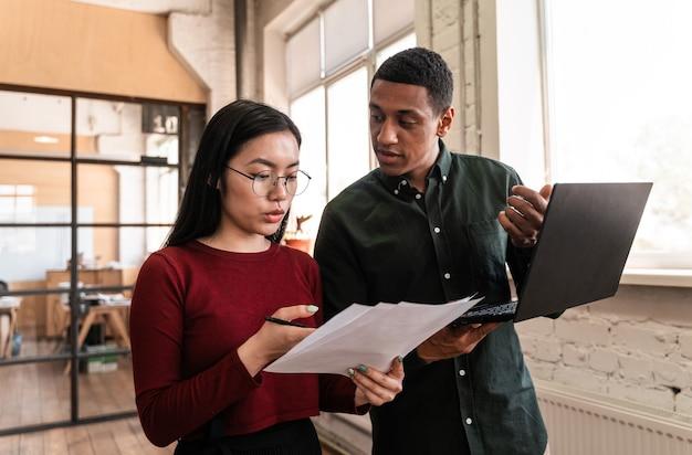 Сотрудники, работающие в офисе. многонациональная стартап-группа, развивающая новый бизнес-проект