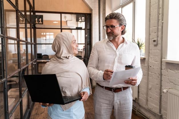 사무실에서 일하는 직원. 새로운 비즈니스 프로젝트를 개발하는 다민족 스타트업 그룹