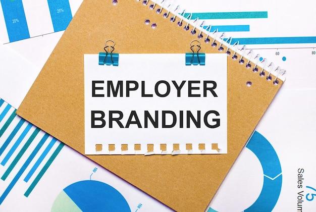 Работодателя брейдинг написано на белой визитной карточке в руке мужчины.