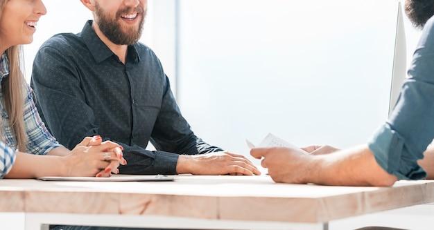고용주는 젊은 전문가와 관련 업무를 논의합니다. 팀워크