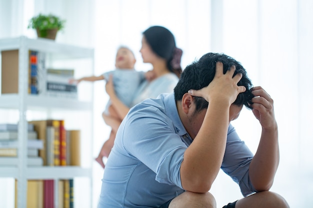 Увольнение работодателя и беспокойство, оставшееся дома после того, как компания уволила сотрудника.