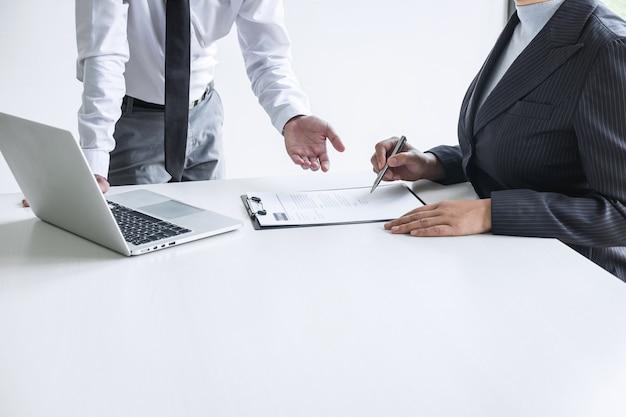 Работодатель на собеседовании, слушает ответы кандидата, объясняющие его профиль.