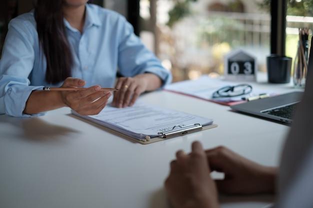 Работодатель просматривает хорошее резюме подготовленного квалифицированного кандидата. менеджер по персоналу, принимающий решение о приеме на работу. концепция интервью.