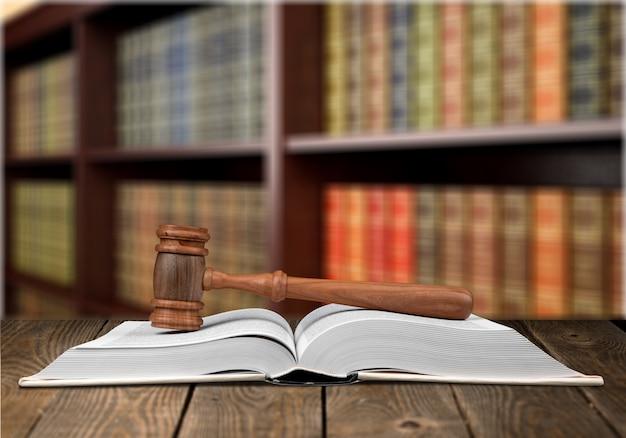 雇用法の本と図書館の机の上のガベル。法学教育の概念。