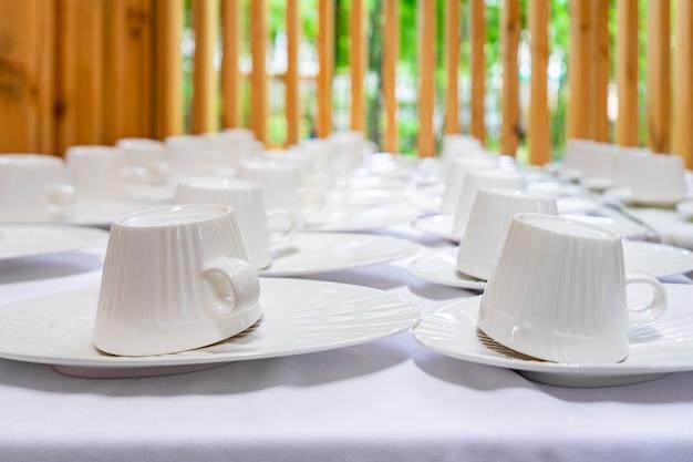 Пустая чашка из дерева, расположенная на столе с деревянным фоном