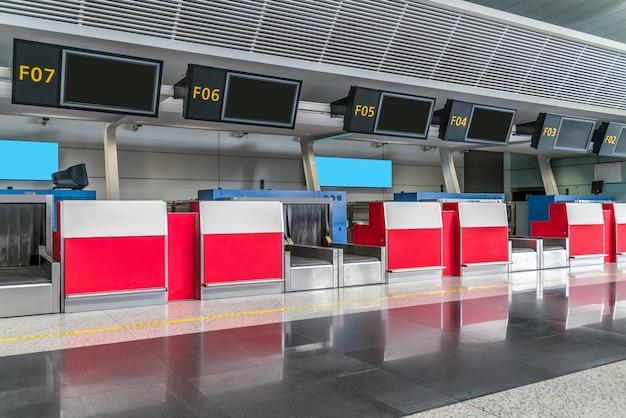 空港での空の飛行機のカウンター