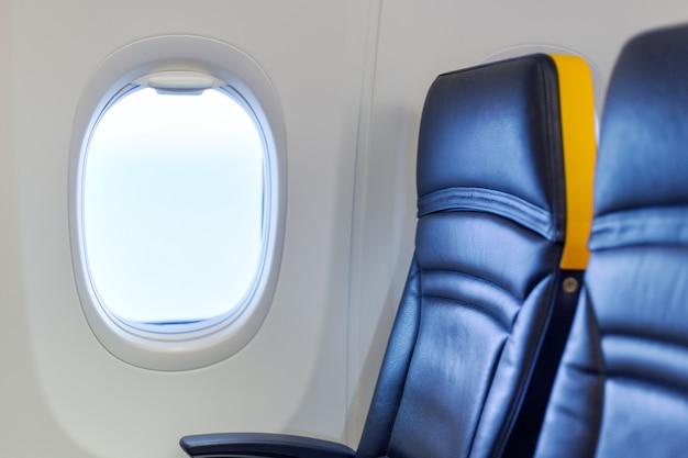Пустой самолет. пассажиры бесплатно, самолет отменен. свободное сиденье у окна. отменен рейс, нет поездки, остановка авиакомпании