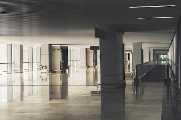 Пустое здание аэропорта. интерьер неизвестного аэропорта. яркий свет из панорамного окна