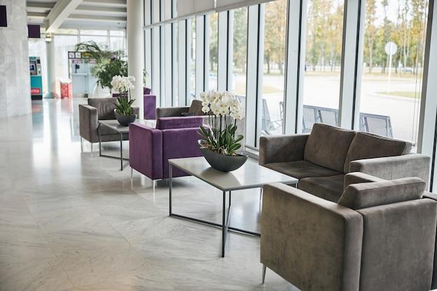 Пустая зона ожидания в терминале аэропорта с удобной мебелью