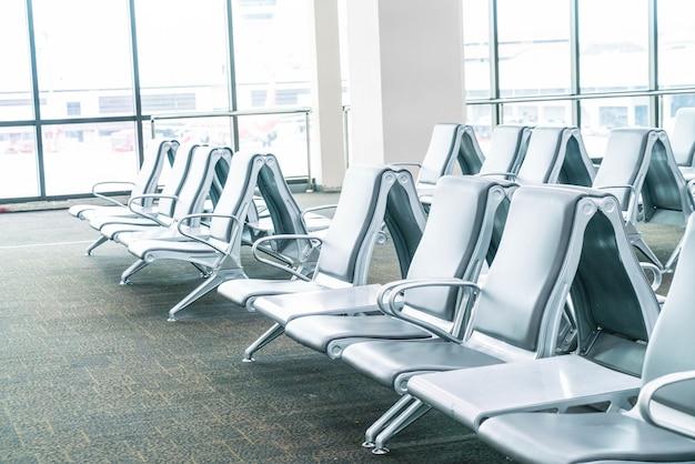 空の空港ターミナル待機エリア