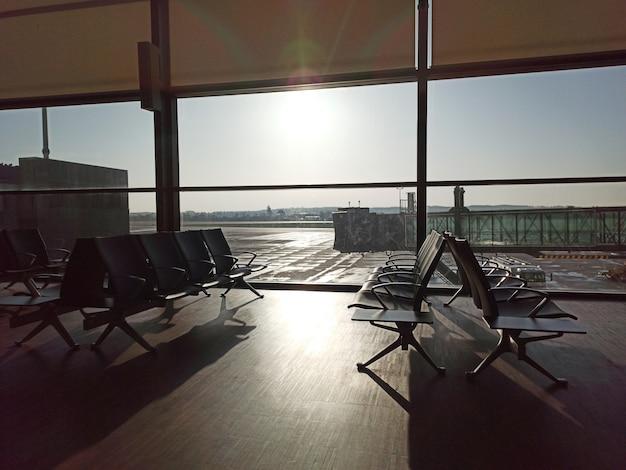 텅 빈 공항. 대기 구역. 항공편 지연 취소. 여행 및 휴가 개념입니다. 코로나바이러스 covid19 검역.