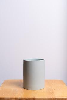 Пустой и красивый глиняный цветочный горшок на деревянном столе