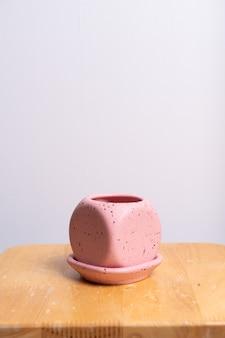 나무 테이블에 비어 있고 아름다운 점토 화분