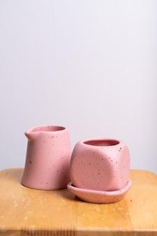 木製のテーブルの上の空の美しい粘土の植木鉢