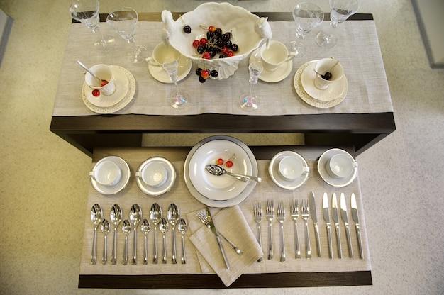 Пустая и чистая посуда красиво расставлена на полке