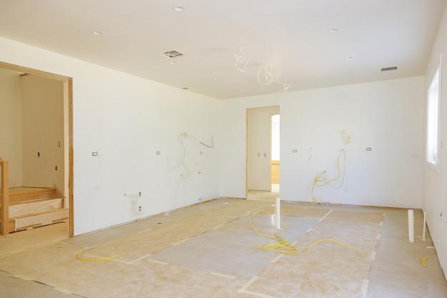 建設中の新しい家を改造する空のアパートの部屋のリフォーム家