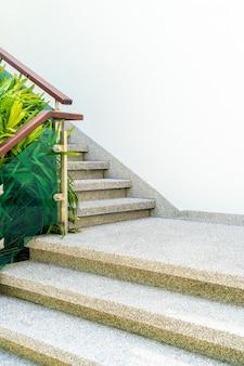 階段デザインの空の建築