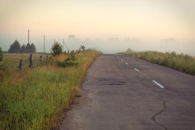 夏の日に空のアスファルト田舎道