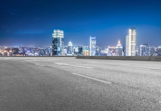빈 아스팔트 도로와 도시 스카이라인과 건물 풍경, 중국.