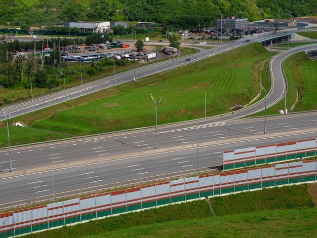 モスクワモーターロードの空のアスファルト道路と街のスカイライン