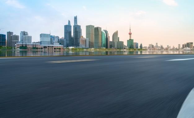 Пустая асфальтовая дорога через современный город шанхай, китай