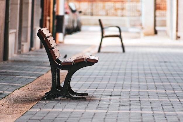 路上の空の銀行。人はいない、孤独の概念。