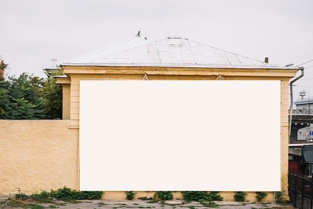 Пустой баннер на стене здания