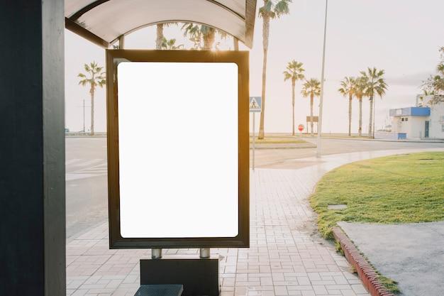 버스 정류장에 빈 배너