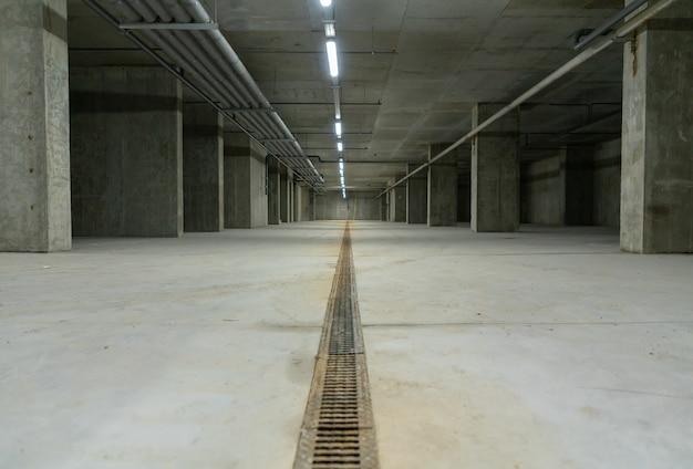 Пустой голый бетонный подвал в промышленном здании