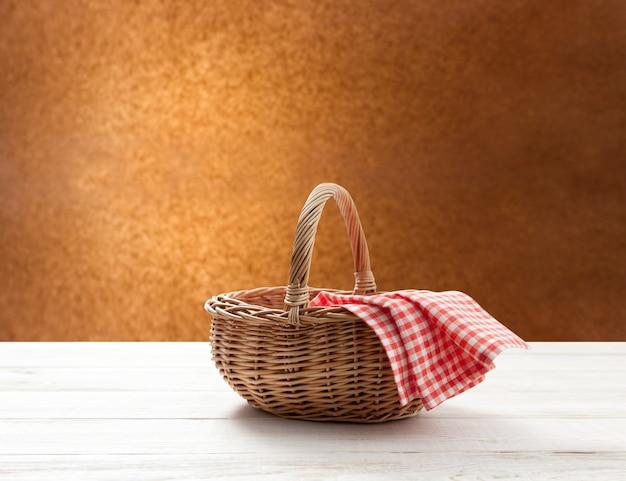 テーブルの場所に赤いナプキンと空のバスケット