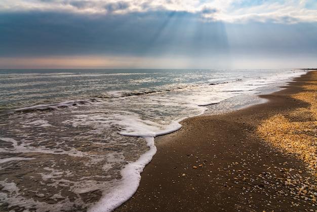 空のビーチと穏やかな海