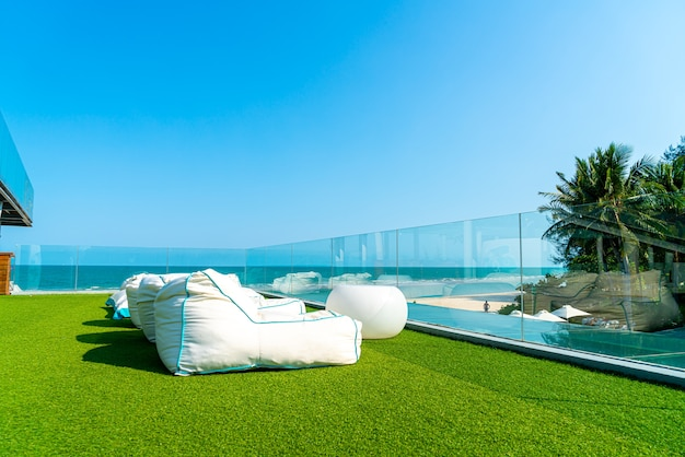 Пустой пляжный мешок фасоли на балконе с фоном океана моря