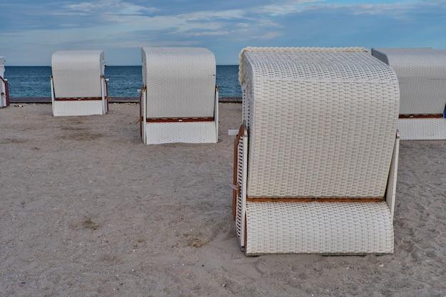Пустые пляжные домики на безлюдном пляже балтийского моря утром