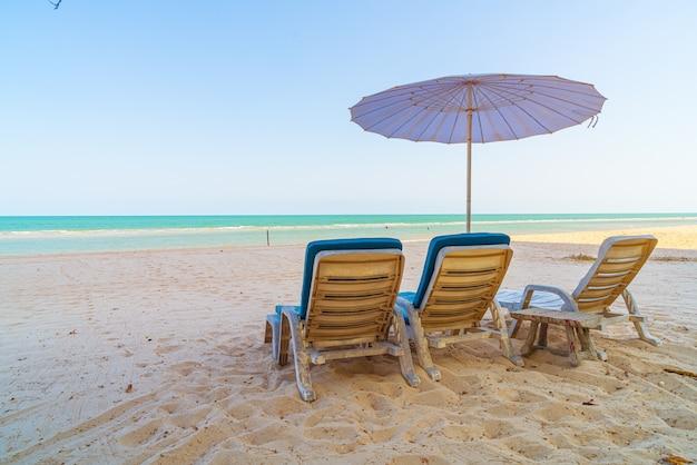 Пустой шезлонг на песке с видом на океан и море