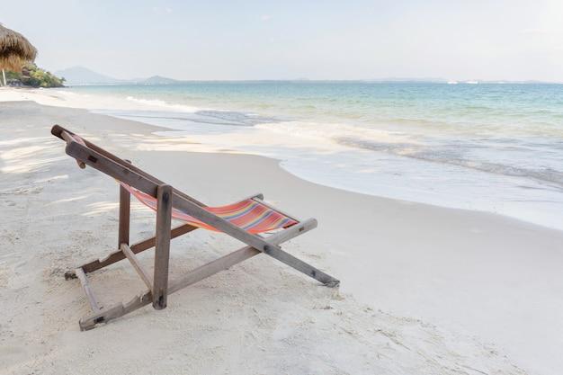Пустой шезлонг на пляже