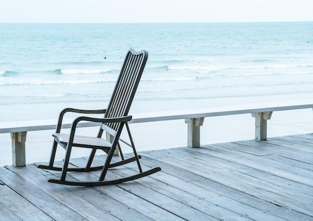 Пустой диван шезлонг с видом на море