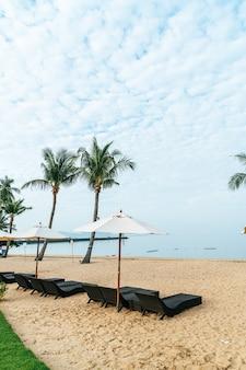 Пустой шезлонг с пальмой на пляже с фоном моря