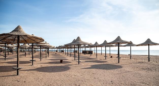 Пустой пляж во время пандемии, локализация коронавируса. туристический кризис.