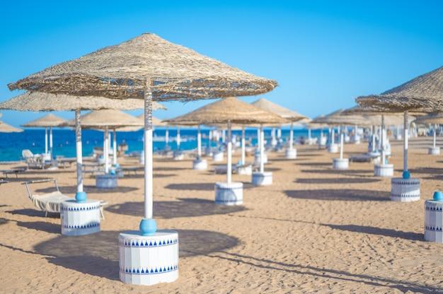 빈 해변 바다 모래 하늘과 여름 날 추상 bokeh 여름과 바다
