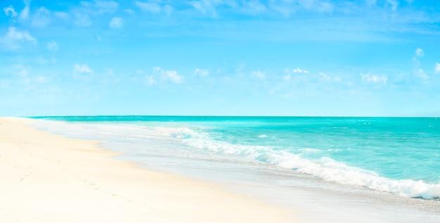 하얀 모래와 청록색 열대 바다 파노라마 풍경 빈 해변