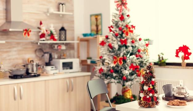 Пустая красивая современная кухня с вкусным печеньем для зимнего отдыха