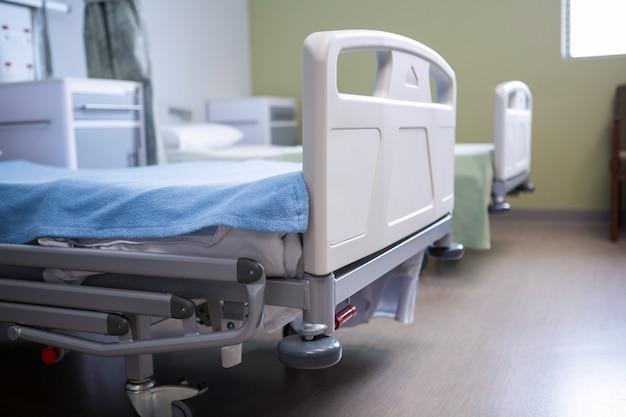 病院の病棟の空のベッド