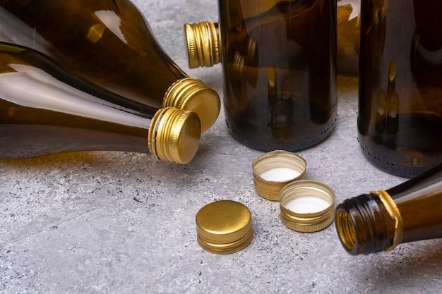 Пустые пивные бутылки с крышками