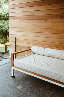 휴식을 위해 발코니에 빈 벤치 소파 또는 소파 침대