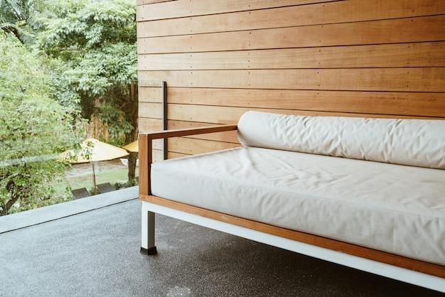 Пустая скамья, диван или диван-кровать на балконе для отдыха
