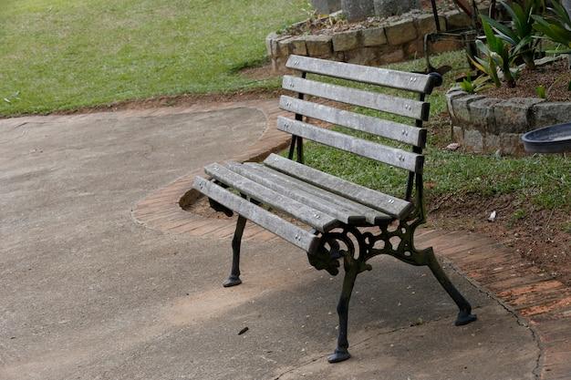 Пустая скамейка ждет тех, кто не придет