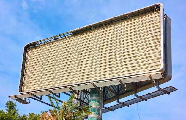 Пустой большой строящийся рекламный щит над голубым небом